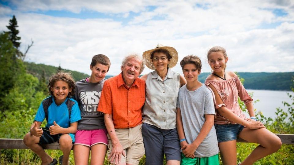Grand-parents en vacances avec leurs petits-enfants