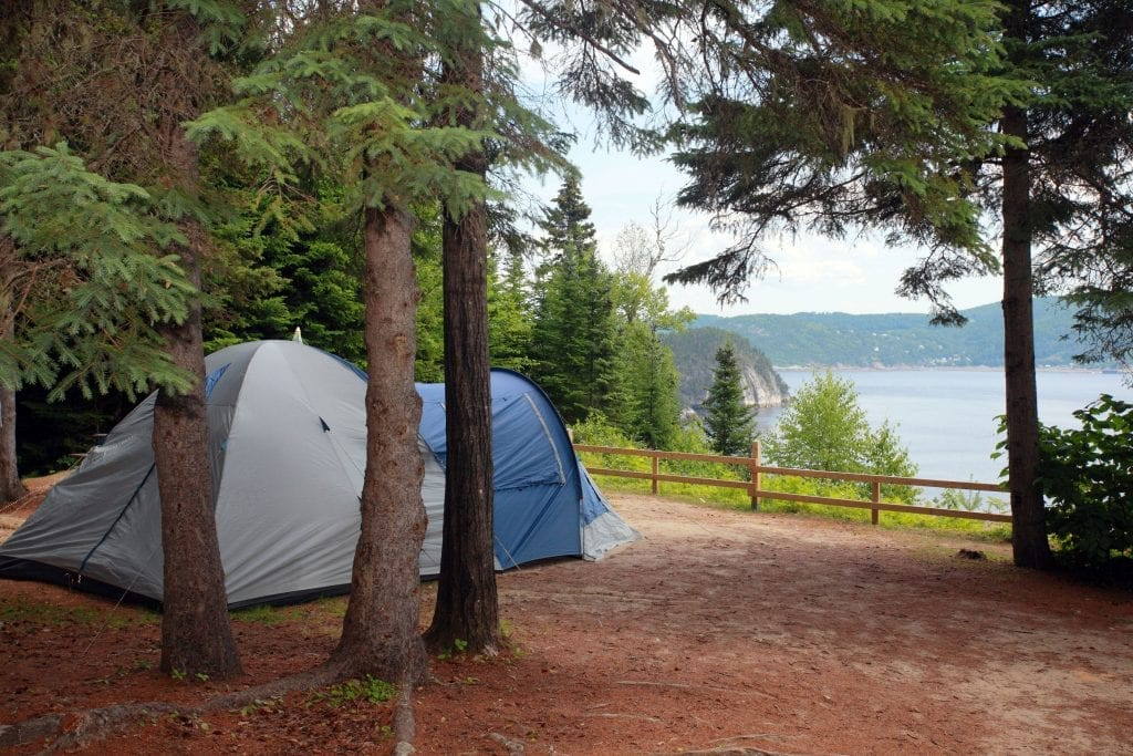 Le camping sans services du Village-Vacances offre des vues spectaculaires sur le Fjord du Saguenay.