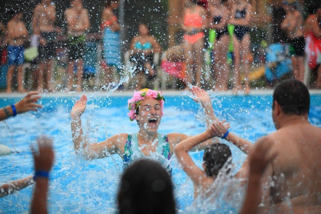 Le party piscine fait partie des activités animées qui sont populaires auprès des familles.